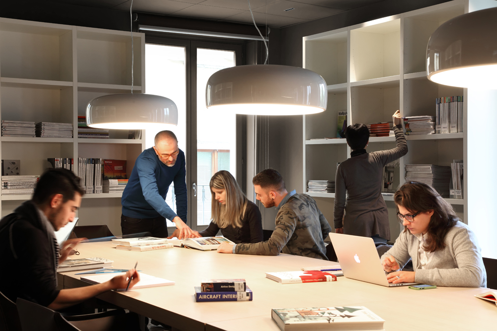 סטודנטים בשיעור ב-istituto marangoni במילאנו, איטליה - שנקר הנדסאים