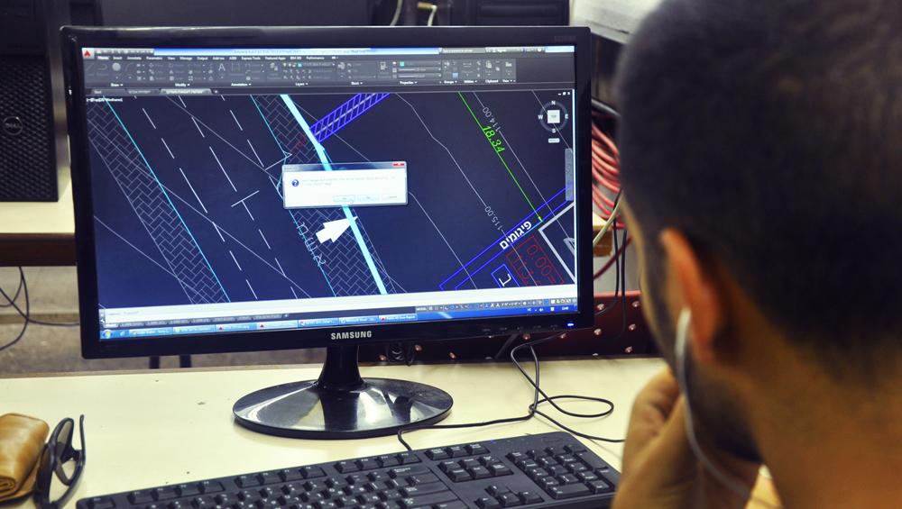 סטודנט הנדסאי בניין עובד עם אוטוקאד - שנקר הנדסאים